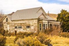 Vieille maison superficielle par les agents située dans le haut désert Photographie stock