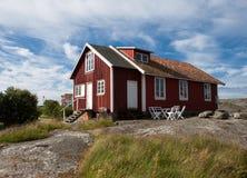 Vieille maison sur une île suédoise Image libre de droits
