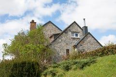 Vieille maison en pierre avec le jardin et la barri re photo stock image 39356683 for Barriere de jardin belgique