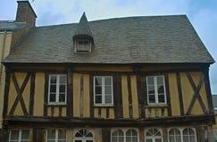 Vieille maison traditionnelle médiévale dans Avranches, France photographie stock libre de droits