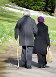 Vieille marche de couples photos libres de droits
