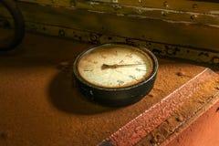 Vieille mesure circulaire industrielle de thermomètre image libre de droits
