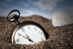Vieille montre de poche enterrée en sable images libres de droits