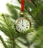 Vieille montre sur la branche de conifère avec la dentelle rouge photos libres de droits