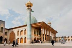 Vieille mosquée Shah Cheragh avec le minaret et prières marchant autour, ville de Chiraz, Iran Photos stock
