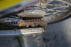 Vieille moto rouillée, chaîne, frein, amortisseur Images stock