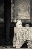 Vieille nappe et théière de vintage vertical sur un vieux belvédère Photo stock