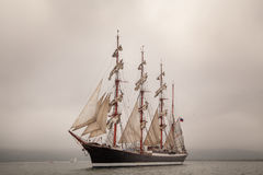 Vieille navigation de bateau en mer Photos stock