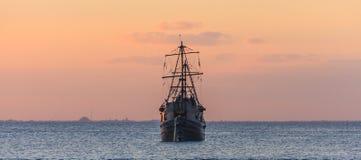 Vieille navigation de voilier sous le coucher du soleil en mer des Caraïbes photo libre de droits