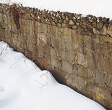 Vieille neige de mur en pierre Photos stock