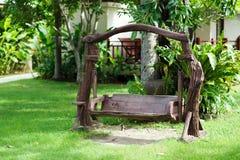 Vieille oscillation en bois dans le jardin vert Photographie stock