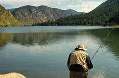 Vieille pêche de type dans les eaux de congélation du lac georgetown dans les Rocheuses près de Denver Photos libres de droits