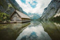 Vieille p?niche au lac Obersee en ?t?, Bavi?re, Allemagne images stock