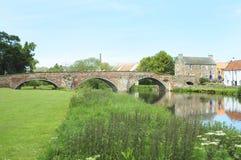Vieille passerelle au-dessus de fleuve Tyne dans Haddington Photos libres de droits