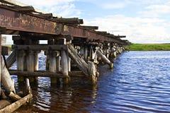 Vieille passerelle au-dessus du fleuve Image stock