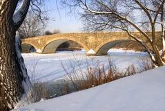 Vieille passerelle de moulin en hiver Images libres de droits