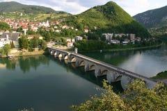 Vieille passerelle en pierre sur le Drina à Visegrad photographie stock libre de droits