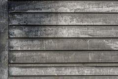 Vieille peinture blanche fanée sur l'extérieur de la grange en bois Photographie stock