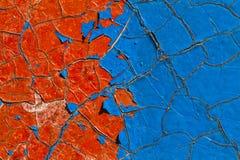 Vieille peinture bleue et rouge sur un mur photographie stock libre de droits