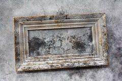 Vieille peinture dans le cadre en bois sur le mur photos libres de droits