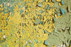 Vieille peinture jaune endommagée sur un mur en béton Photo libre de droits