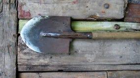Vieille pelle sale sur la surface en bois Outils agricoles images libres de droits