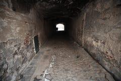 Vieille perspective en pierre foncée de passage Image libre de droits