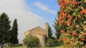 Vieille petite église en vallées italiennes d'Alpes photographie stock
