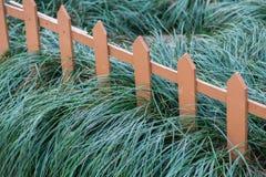 Vieille petite barrière sur l'herbe verte images libres de droits