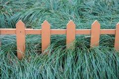 Vieille petite barrière sur l'herbe verte photographie stock libre de droits