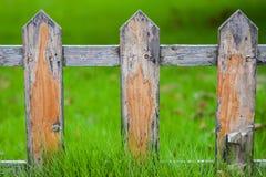 Vieille petite barrière sur la pelouse verte dans le jardin images stock