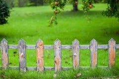 Vieille petite barrière sur la pelouse verte dans le jardin photographie stock libre de droits