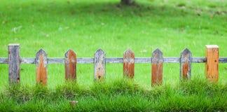 Vieille petite barrière sur la pelouse verte dans le jardin photographie stock
