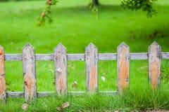 Vieille petite barrière sur la pelouse verte dans le jardin photo libre de droits
