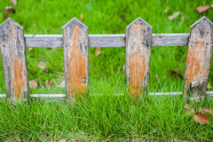 Vieille petite barrière sur la pelouse verte profondément dans l'herbe images libres de droits