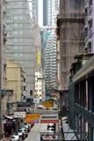 Vieille petite rue de Hong Kong parmi moderne bâtiments âgés Images libres de droits