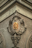 Vieille photo avec l'inscription en métal dans la façade en pierre Image libre de droits