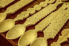 Vieille photo avec les cuillères en bois roumaines découpées Photographie stock