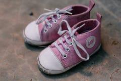 Vieille photo de plan rapproché d'espadrilles de bébé Photos libres de droits