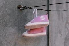 Vieille photo de plan rapproché d'espadrilles de bébé Photographie stock libre de droits