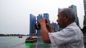 Vieille photo de prise de touristes de Marina Bay Sands et du paysage urbain Image libre de droits