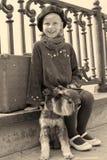 Vieille photo de vintage d'une petite fille et de son chien Photo stock