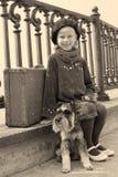 Vieille photo de vintage d'une petite fille et de son chien Image libre de droits