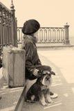 Vieille photo de vintage d'une petite fille et de son chien Photos libres de droits