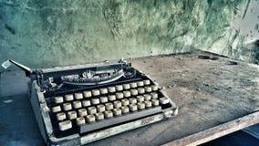 Vieille photo poussiéreuse de machine à écrire de rétro cru image stock