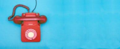 Vieille photo rouge de vue supérieure d'ensemble de téléphone, fond de concept de communication images stock