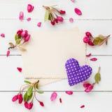 Vieille photo vide pour à l'intérieur, cadre des fleurs de pomme et coeur Image stock