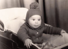 Vieille photographie d'un petit bébé garçon dans un landau Photos stock