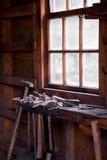 Vieille pièce d'outils des Hummer de forgeron dans la rangée photos stock