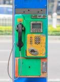Vieille pièce de monnaie et carte de téléphone public Photographie stock libre de droits